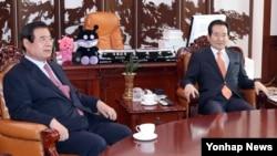 한광옥(왼쪽) 대통령 비서실장이 7일 정세균 국회의장을 예방, 영수회담 제안을 비롯한 '최순실 사태' 정국 해법에 대해 이야기하고 있다.