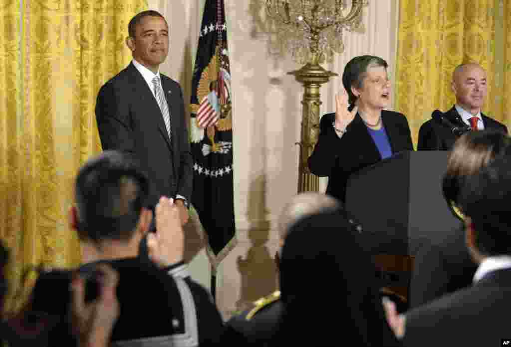 Bộ trưởng An ninh Nội địa Janet Napolitano đọc lời tuyên thệ trong một buổi lễ nhập quốc tịch cho các quân nhân tại ngũ và thường dân tại Tòa Bạch Ốc, 25 tháng 3, 2013.