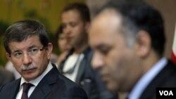 Menlu Turki Ahmet Davutoglu (kiri) bertemu pejabat Dewan Nasional Transisi Libya, Ali al-Issawi di Benghazi, Minggu (3/7).