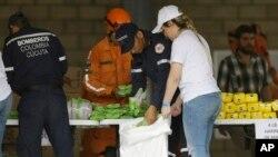 委内瑞拉志愿者、哥伦比亚消防队员和救援人员在哥伦比亚库库塔附近的一个仓库准备储存美国国际开发署的人道主义援助物资。(2019年2月8日)