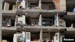 Sebuah bangunan tampak rusak parah pasca gempa yang melanda Sarpol-e Zahab di Kermanshah, Iran, Senin (13/11).