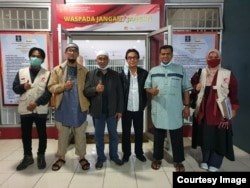 Achmad Michdan (kopiah putih), salah seorang tim kuasa hukum Ust. Abu Bakar Ba'asyir, bersama anggota keluarga dan dokter ikut menjemput di Lapas Gunung Sindur, Bogor, Jawa Barat, Jumat pagi (8/1). Courtesy : Tim Kuasa Hukum Ba'asyir
