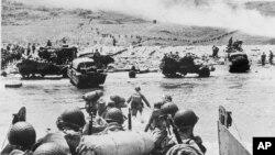 Soldados de EE.UU. y suministros llegan a las playas de Normandía en Francia, ocupada por fuerzas alemanas, durante la invasión aliada del Día D, el 6 de junio de 1944, en la Segunda Guerra Mundial.