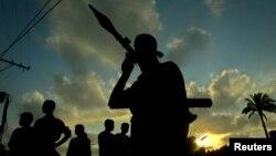 팔레스타인 가자지구의 파타 대원이 유탄발사기(RPG)를 들고 있다. (자료사진)