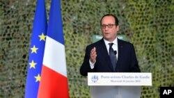 Presiden Perancis, Francois Hollande memberikan pidato di atas kapal induk Charles de Gaulle di Toulon, Rabu (14/1).
