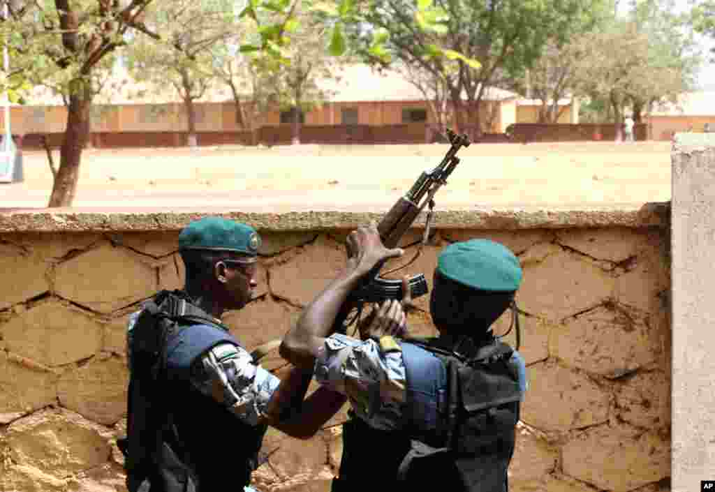 Malian junta soldiers stand guard at their headquarters in Kati, outside Bamako, Mali, April 1, 2012. (Reuters)
