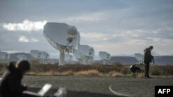 Système de radio-télescope à 64 plateaux à Carnarvon, Afrique du Sud, le 13 juillet 2018 .