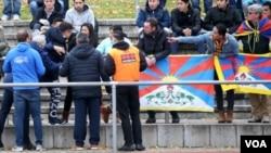 """中國觀眾試圖搶走抗議者打出的西藏""""雪山獅子旗"""" (2018年11月18日)"""