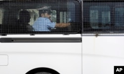 Chiếc xe ô tô của trại giam được cho là chở một số trong số 4 nhà báo Hoa Kỳ rời khỏi văn phòng công tố viên ở Manama, Bahrain, ngày 16/2/2016.