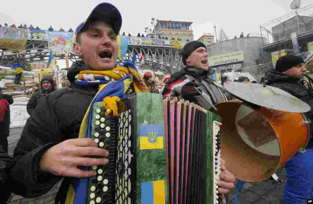 Pro-European Union musicians perform in Independence Square in Kyiv, Ukraine, Dec. 13, 2013.