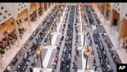 Musulmi daga kasashe dabam-dabam na duniya su na yin buda baki a rana ta biyu da fara azumi a Masallacin Dirah dake Riyadh, babban birnin Sa'udiyya, Alhams 12 Agusta, 2010.