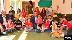 Hevşaredarê Dîyarbekirê Firat Anli li Zarokistanê bi zarokan re