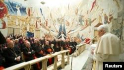 Paus Benediktus XVI berbicara pada para kardinal dalam sebuah upacara di Vatikan (23/2). (Foto: Reuters)