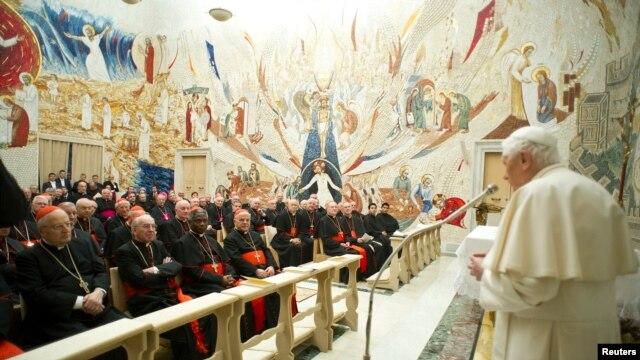 Đức Giáo hoàng Benedicto 16 nói chuyện với các Ðức Hồng y tại Vatican, ngày 23/2/2013.