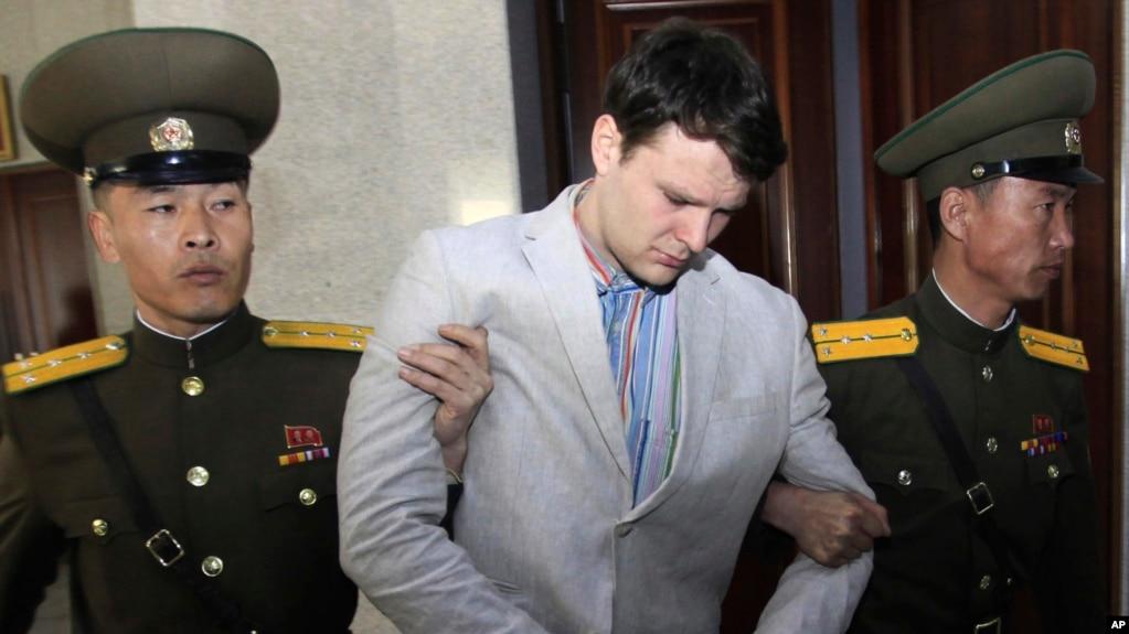 Sinh viên Otto Warmbier bị áp giải ra tòa án ở Bình Nhưỡng, Triều Tiên, và ngày 16/3/2016.