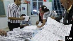 Подсчет голосов на избирательном участке в Тунисе