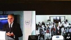 Mwendesha mashtaka mkuu wa ICC, Luis Moreno Ocampo, akizungumza kutokea The Hague, Uholanzi na waandishi wa habari wa Kenya mjini Nairobi.