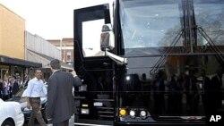 Predsjednik Obama ulazi u svoj autobus kojim putuje po Virginiji i North Carolini