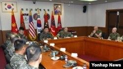 15일 해병대사령부에서 이상훈 해병대사령관과 로버트 넬러 미 해병대사령관이 군사교류 확대방안에 대해 논의하고 있다.