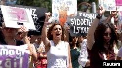 Para perempuan Turki melakukan memrotes kekerasan terhadap perempuan dalam unjuk rasa di Istanbul, 20 Juli 2014 lalu.