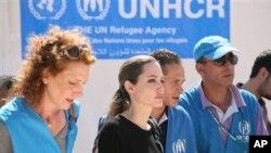 Aktris Angelina Jolie (tengah) tiba di kamp pengungsi Zaatari, Yordania, untuk pengungsi Suriah. (AP/Mohammad Hannon)