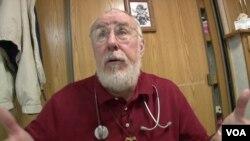 """Dr. Michael Sullivan, seorang relawan di klinik mobil """"Mission of Mercy"""" di negara bagian Maryland (Foto: dok)."""