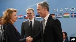 2일 벨기에 브뤼셀에서 열린 나토 이사회에서 옌스 슈톨텐베르크 나토 사무총장(오른쪽)이 밀리카 페자노빅-두리식 몬테네그로 국방장관과 악수하고 있다.