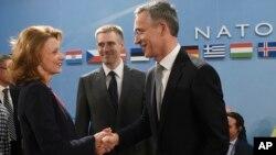 Bộ trưởng Quốc phòng Montenegro Milica Pejanovic-Durisic (trái) chào đón Tổng thư ký NATO Jens Stoltenberg (phải) tại một cuộc họp của Hội đồng Bắc Đại tây dương của NATO, tại Brussels, ngày 02/12/2015.