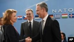 Menteri Pertahanan Montenegro Milica Pejanovic-Durisic (kiri) didampingi Menteri Luar Negeri Montenegro Igor Luksic (tengah), menyambut Sekjen NATO Jens Stoltenberg (kanan) dalam pertemuan NATO di Brussels (2/12).