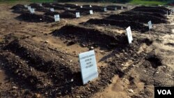 "Refugees' tombs are seen with the inscription ""Anonymous"" in Greek, Jan. 23, 2016. (H. Elrasam/VOA)"
