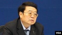 中国外交部副部长程国平召开2014亚信峰会中外媒体吹风会(美国之音东方拍摄)