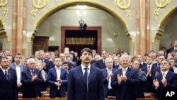 Janos Ader (tengah) mengambil sumpah jabatan sebagai Presiden baru Hungaria di depan anggota parlemen di Budapest (2/5).