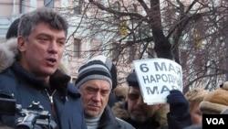 2012年3月莫斯科市中心的反政府集會上,涅姆佐夫發表演講(美國之音白樺拍攝)