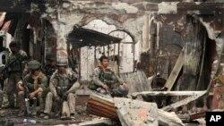지난해 9월 필리핀 남부 잠보앙가에서 정부군과 반군의 교전이 벌어진 가운데, 정부군 군인들이 폐허에 앉아 쉬고 있다. (자료사진)