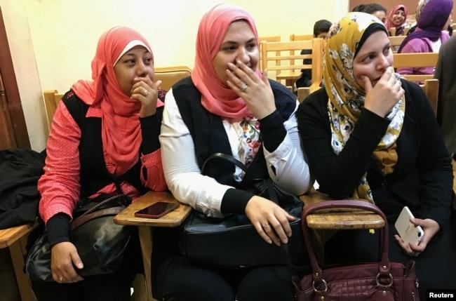 Para mahasiswi tertawa saat menyaksikan sandiwara di Universitas Kairo sebagai bagian dari proyek baru pemerintah Mesir untuk menurunkan angka perceraian di Kairo, Mesir, 18 April 2019.
