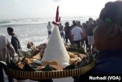 Prosesi sedekah laut di Pantai Parangkusumo, Bantul, Yogyakarta 26 Oktober 2018. (Foto: VOA/Nurhadi)