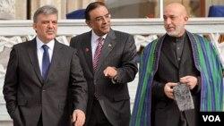 Presiden Hamid Karzai (kanan), Presiden Pakistan Asif Ali Zardari (tengah) dan Presiden Turki Abdullah Gul setelah pertemuan mereka di Istanbul, Selasa (1/11).
