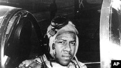 Ông Hudner đến Bắc Triều Tiên để tìm lại hài cốt của phi công Hải quân Hoa Kỳ Jesse Brown (hình trên).