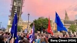 Des milliers de personnes ont manifesté mercredi soir à Londres, Manchester, Edimbourg et d'autres grandes villes.
