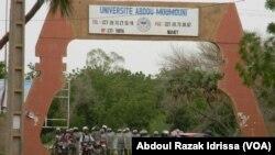Entrée principale de l'Université de Niamey, au Niger, le 3 mars 2018. (VOA/Abdoul-Razak Idrissa)