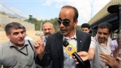 مسعود شفیعی وکیل دو آمریکایی در مقابل زندان اوین. ۲۱ سپتامبر ۲۰۱۱