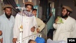 Seorang anak laki-laki mengalami luka-luka akibat serangan misil AS di Miranshah, Jumat malam 21 Mei 2010.