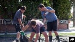 學生志願者二月27日在新西蘭基督城幫助清理震後災區現場