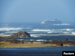 Kapal pesiar Viking Sky terbawa arus laut ke daratan setelah mengalami kerusakan mesin di Hustadvika, Norwegia, 23 Maret 2019.