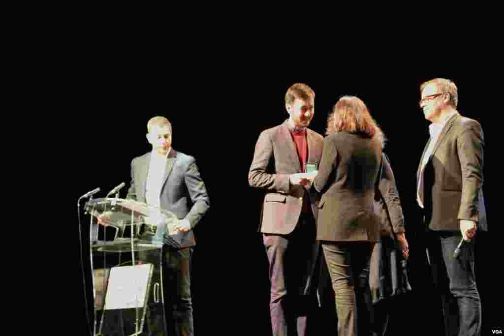 دو روزنامه نگار دیگر از ترکیه و بروندی مدال افتخار گرفتند.