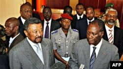 Ông Ouattara (phải) và Chủ tịch AU Jean Ping nói chuyện với phóng viên báo chí
