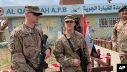 Arhiva - Američki vojnici tokom ceremonije predaje dužnosti na Kajara aerodromu iračkim snagama bezbednosti, južno od Mosula, Irak, 27. marta 2020.