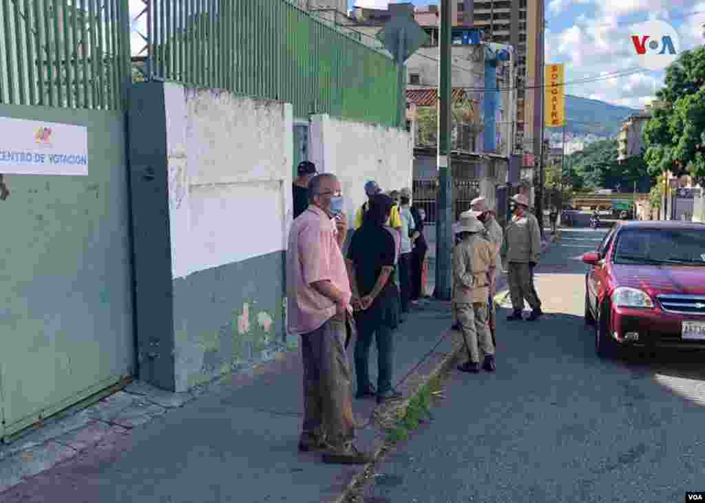 Las votaciones arrancaron pasadas las 6 de la mañana con pequeñas filas en algunos centros de votación de la capital. Caracas, diciembre 6 de 2020. Foto: Álvaro Algarra - VOA.