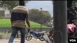 Yon polisye an sivil pandan lese frape sou Channmas ant polisye ak militè ayisyen yo. 23 fevriye 2020. (Matiado Vilme/VOA Creole)