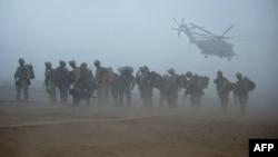 گزشتہ 20 برس میں امریکہ کے سات لاکھ 75 ہزار فوجیوں نے امریکہ میں خدمات انجام دی ہیں۔ جب کہ 2010 اور 2010 میں سب سے زیادہ 98 ہزار فوجی افغانستان میں تعینات تھے۔ (فائل فوٹو)